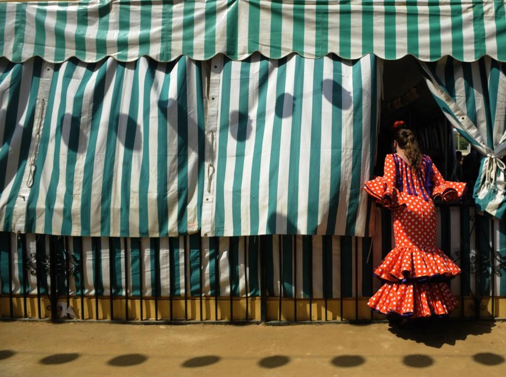 """23. HISZPANIA, Sewilla, 5 maja 2011: Uczestniczka zabawy podczas """"Feria de abril de Sevilla"""". AFP PHOTO/ CRISTINA QUICLER"""