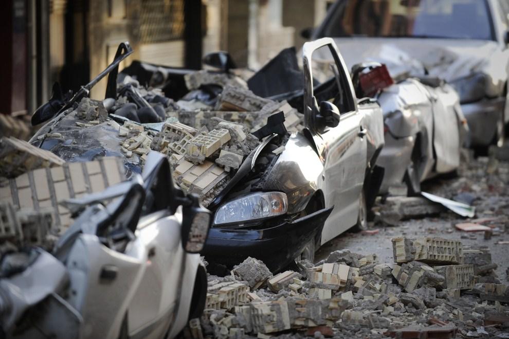 23. HISZPANIA, Lorca, 12 maja 2011: Samochody zniszczone podczas trzęsienia ziemi jakie nawiedziło południe Hiszpanii. AFP PHOTO / PEDRO ARMESTRE