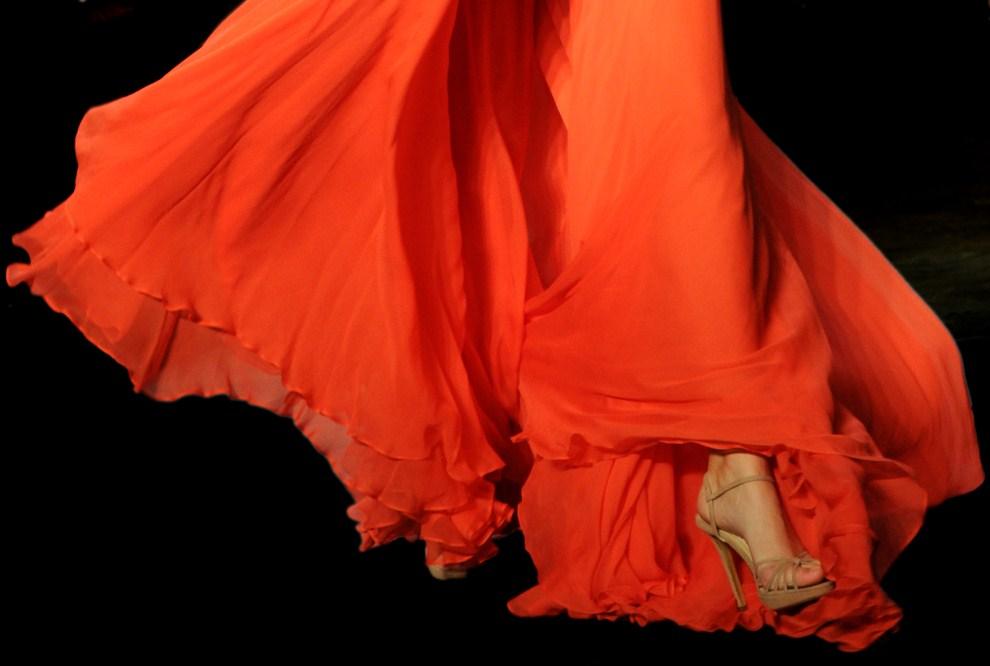 23. AUSTRALIA, Sydney, 2 maja 2011: Modelka na wybiegu podczas tygodnia mody w Sydney. AFP PHOTO / Torsten BLACKWOOD