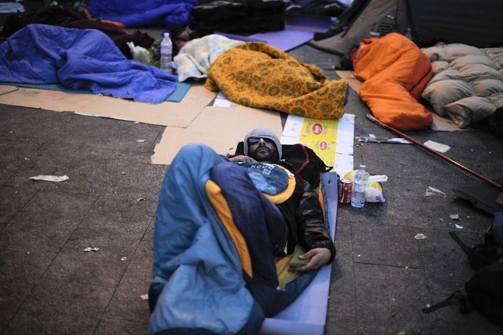 23. HISZPANIA, Madryt, 22 maja 2011: Mężczyzna śpiący na placu Puerta del Sol. (Foto: David Ramos/Getty Images)