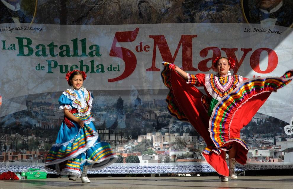 24. USA, Los Angeles, 5 maja 2011: Występ tancerek podczas świętowania Cinco de Mayo (hiszp. piąty maja) - dobrowolnie obchodzonego święta upamiętniającego nieoczekiwane   zwycięstwo wojsk meksykańskich nad wojskami francuskimi w bitwie pod Pueblą dnia 5 maja 1862 roku. Kevork Djansezian/Getty Images/AFP
