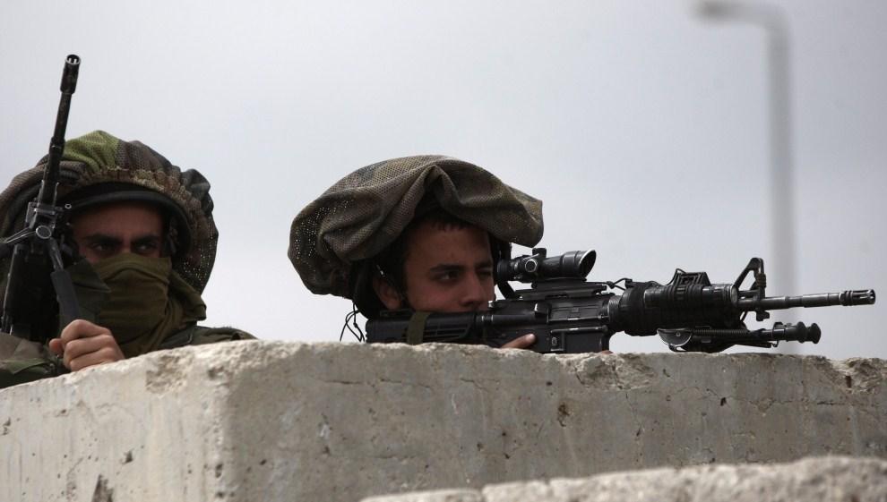 24. IZRAEL, Kalandia, 15 maja 2011: Izraelscy żołnierze obserwują okolicę gdzie trwają zamieszki. EPA/ATEF SAFADI/PAP/EPA.\