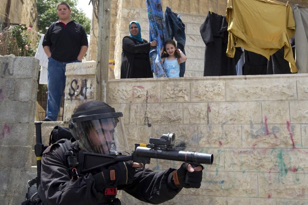 25. IZRAEL, Jerozolima, 13 maja 2011: Izraelski żołnierz strzela granatami z gazem łzawiącym. AFP PHOTO/JACK GUEZ