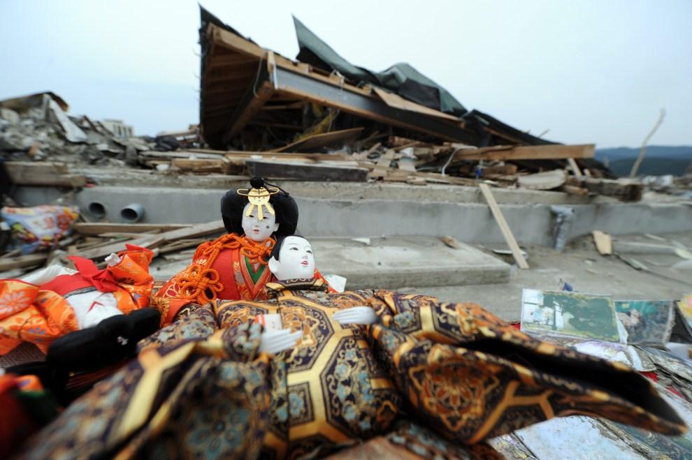 25. JAPONIA, Rikuzentakata, 3 maja 2011:  Lalki Hinamatsuri, rozdawane dziewczynkom 3 marca podczas Święta Lalek, zwanego również Świętem Dziewcząt, na gruzach zniszczonego domu. AFP PHOTO / TOSHIFUMI   KITAMURA