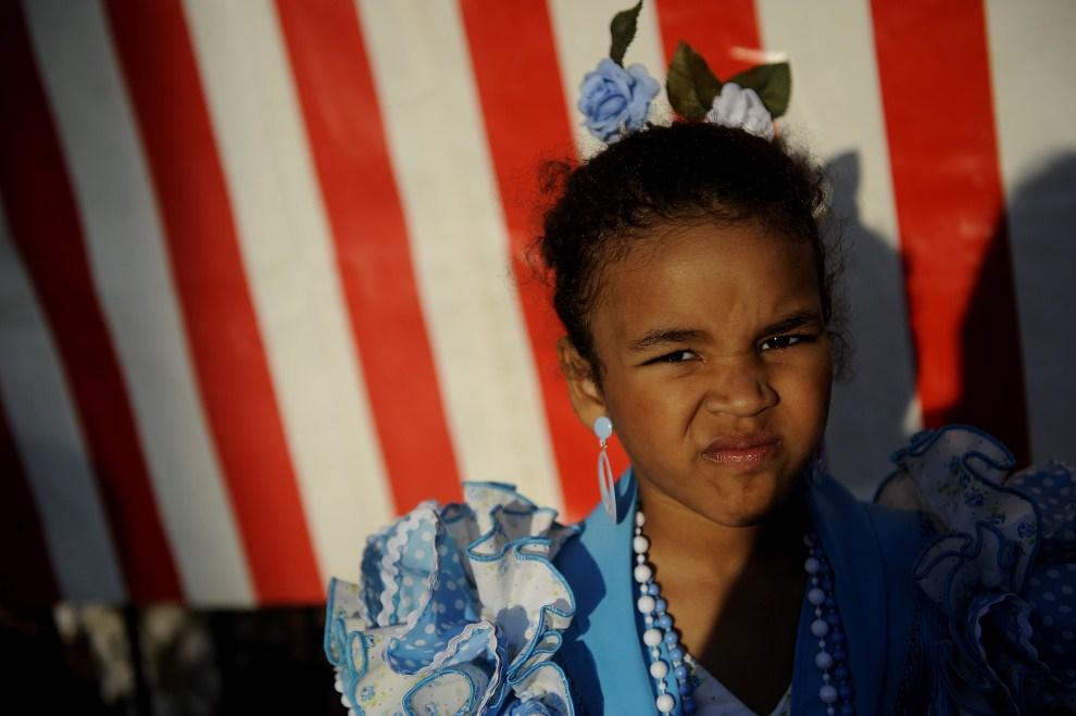 25. HISZPANIA, Sewilla, 3 maja 2011: Dziewczynka w tradycyjnym, andaluzyjskim stroju. AFP PHOTO / CRISTINA QUICLER
