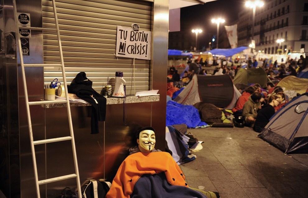 25. HISZPANIA, Madryt, 20 maja 2011: Protestujący ludzie odpoczywają w miasteczku namiotowym. AFP PHOTO / PEDRO ARMESTRE