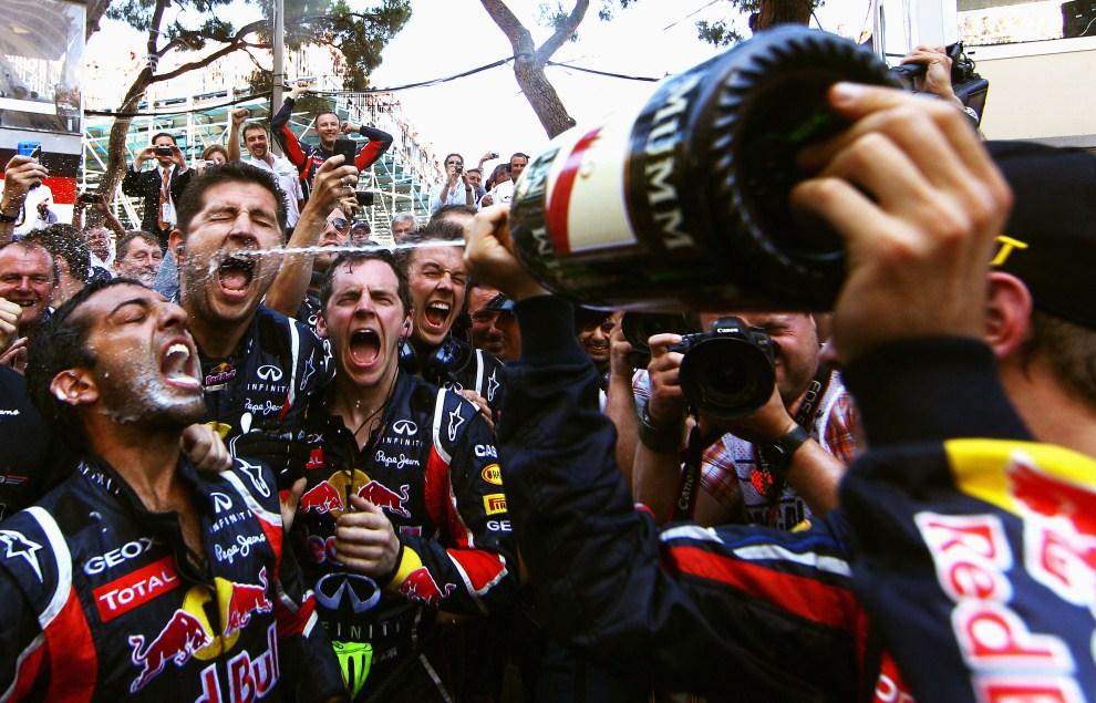 25. MONAKO, 29 maja 2011: Zespól Red Bull Racing świętuje zwycięstwo na torze w Monako. (Foto: Vladimir Rys/Getty Images)