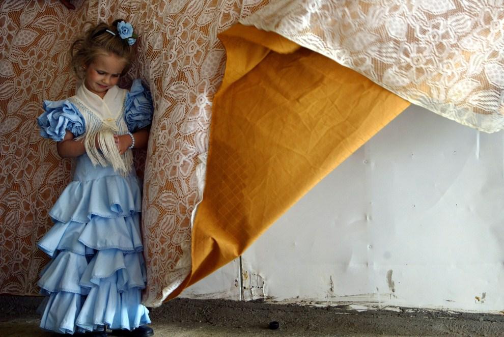 26. HISZPANIA, Sewilla, 10 kwietnia 2008: Dziewczynka w andaluzyjskiej sukni. AFP PHOTO/ CRISTINA QUICLER