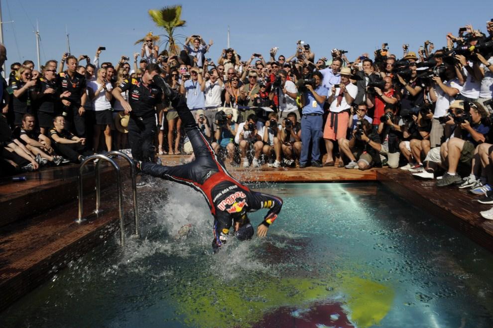26. MONAKO, 29 maja 2011: Sebastian Vettel wskakuje do basenu po zakończonym wyścigu. AFP PHOTO / BORIS HORVAT