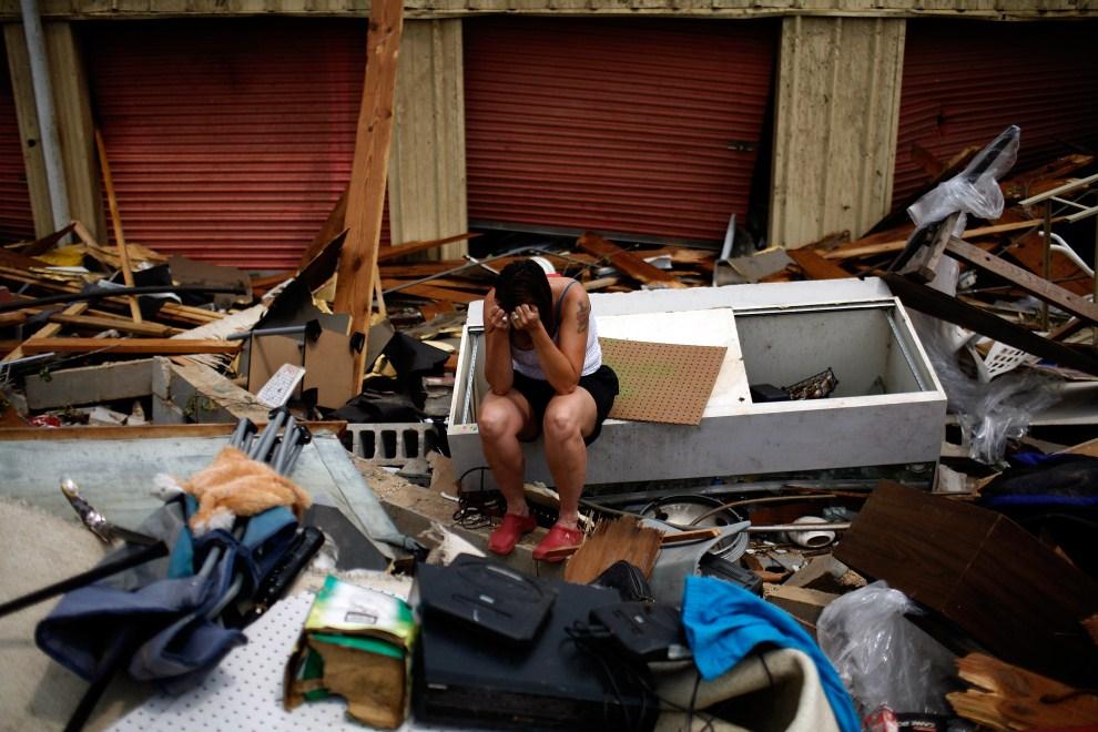 26. USA, Tuscaloosa, 1 maja 2011: Ruth Cole na gruzach swojego domu i miejsca pracy zniszonego przez tornado. Tom Pennington/Getty Images/AFP
