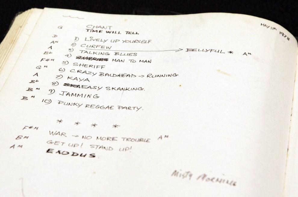 26. USA, New York, 21 listopada 2006: Strona z notatnika, który należał do Boba Marleya, z listą utworów przygotowanych na jeden z występów. AFP PHOTO/Stan HONDA