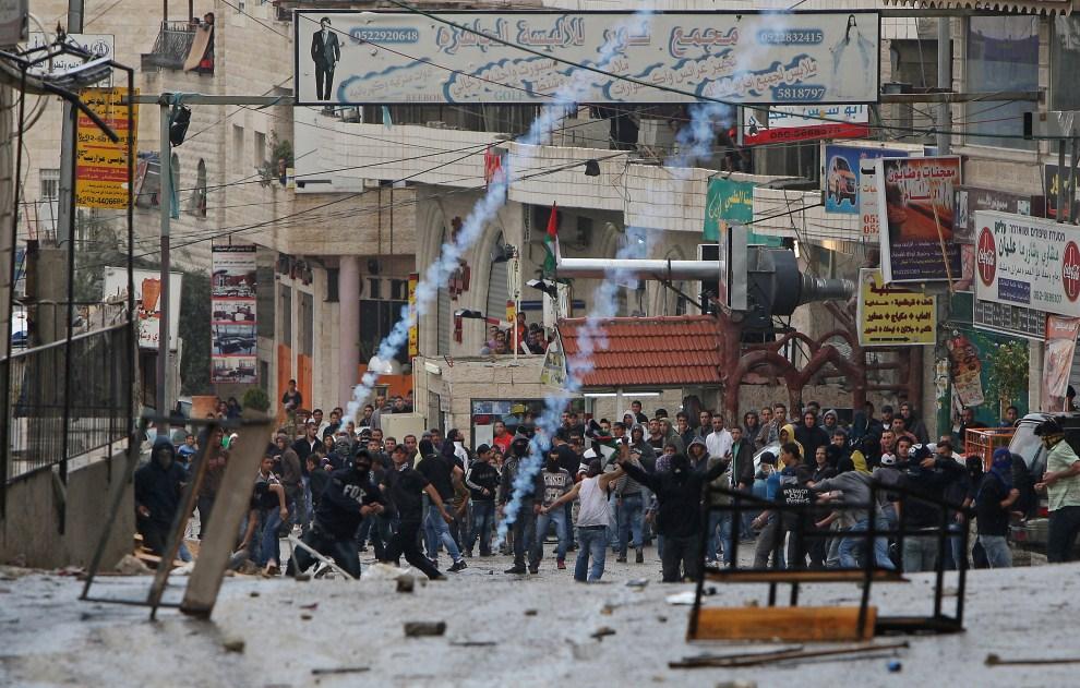 27. IZRAEL, Jerozolima, 15 maja 2011: Palestyńczycy atakujący pozycje zajmowane przez izraelskie oddziały. AFP PHOTO /AHMAD GHARABLI