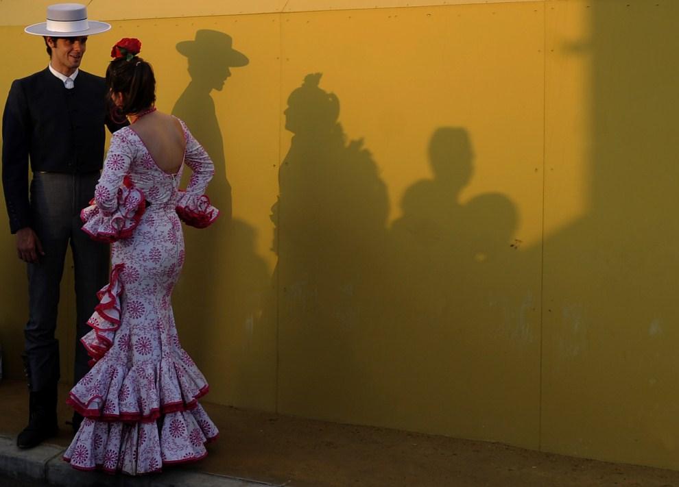 27. HISZPANIA, Sewilla, 3 maja 2011: Kobieta i mężczyzna w andaluzyjskich strojach. AFP PHOTO / CRISTINA QUICLER