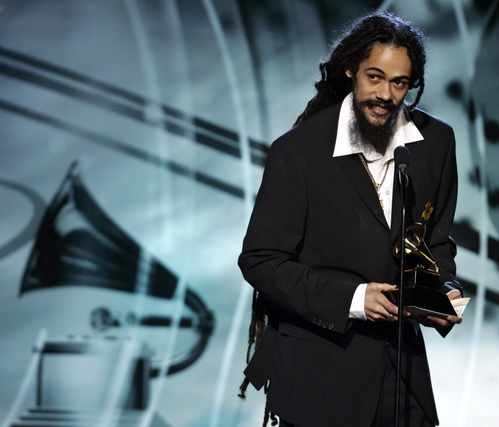 27. USA, Los Angeles, 8 lutego 2006: Damian Marley, syn Boba i Cindy Breakspeare, odbiera nagrodę podczas 48. gali Grammy. AFP PHOTO/Timothy A. CLARY