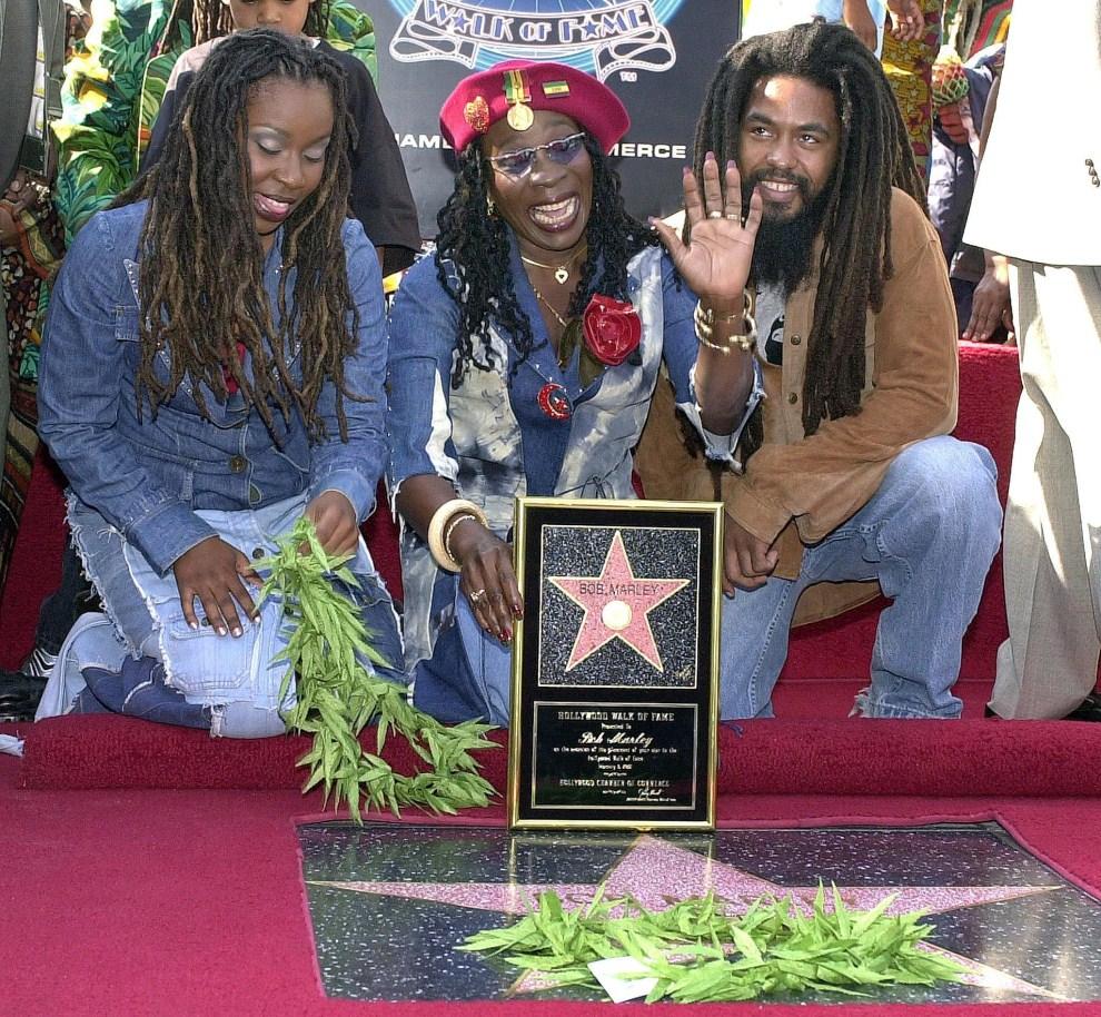 28. USA, Los Angeles, 6 lutego 2001: Rita Marley (w środku), wdowa po Bobie Marleyu, pozuje przy gwieździe Boba w Alei Sław. AFP PHOTO/Lucy Nicholson