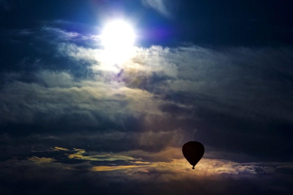 28. NIEMCY, Drezno, 8 maja 2011: Balon unoszący się nad Dreznem. AFP PHOTO / ARNO BURGI GERMANY OUT
