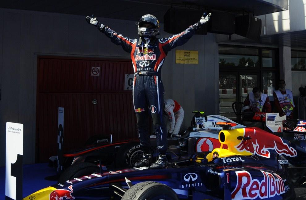 28. HISZPANIA, Barcelona, 22 maja 2011: Sebastian Vettel cieszy się ze zwycięstwa na torze w Barcelonie. AFP PHOTO / PIERRE-PHILIPPE MARCOU
