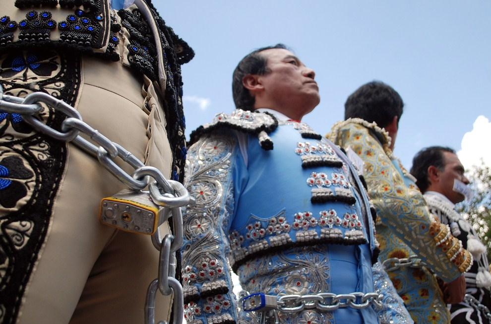 28. EKWADOR, Quito, 4 maja 2011: Matadorzy protestują przeciw referendum, w którym pytano między innymi o to, czy nadal powinny być organizowane walki byków. AFP   PHOTO/API/STR