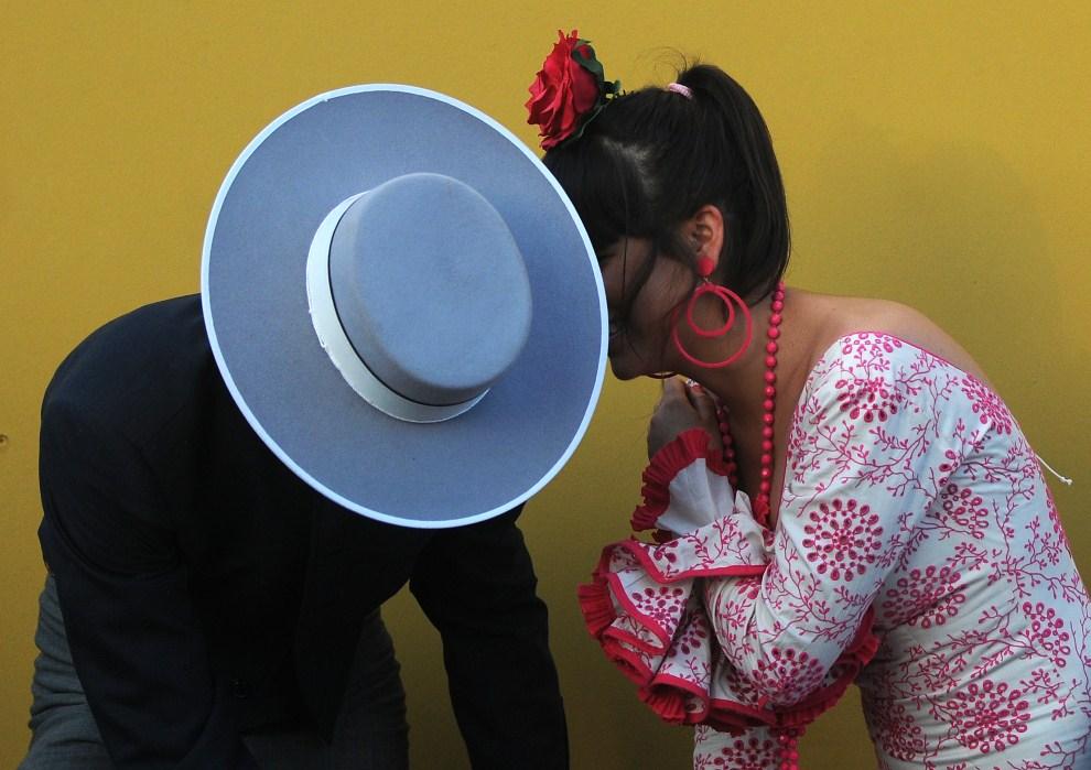 "28. HISZPANIA, Sewilla, 3 maja 2011: Rozmawiający uczestnicy ""Feria de abril de Sevilla"". AFP PHOTO / CRISTINA QUICLER"
