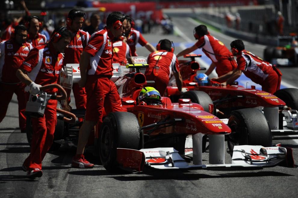 29. HISZPANIA, Barcelona, 20 maja 2011: Felipe Massa (na pierwszym planie) opuszcza aleję serwisową. AFP PHOTO / PIERRE-PHILIPPE MARCOU
