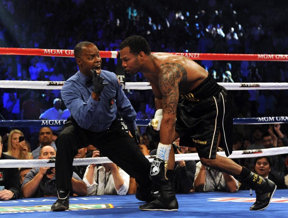 29. USA, Las Vegas, 7 maja 2011: Shane Mosley (po prawej) stara się utrzymać na nogach po ciosie otrzymanym przez Manny Pacquiao. AFP PHOTO / GABRIEL BOUYS