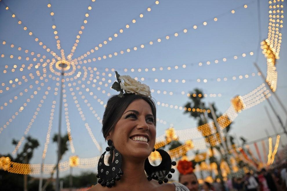 "29. HISZPANIA, Sewilla, 3 maja 2011: Uśmiechnięta uczestniczka ""Feria de abril de Sevilla"". AFP PHOTO / CRISTINA QUICLER"