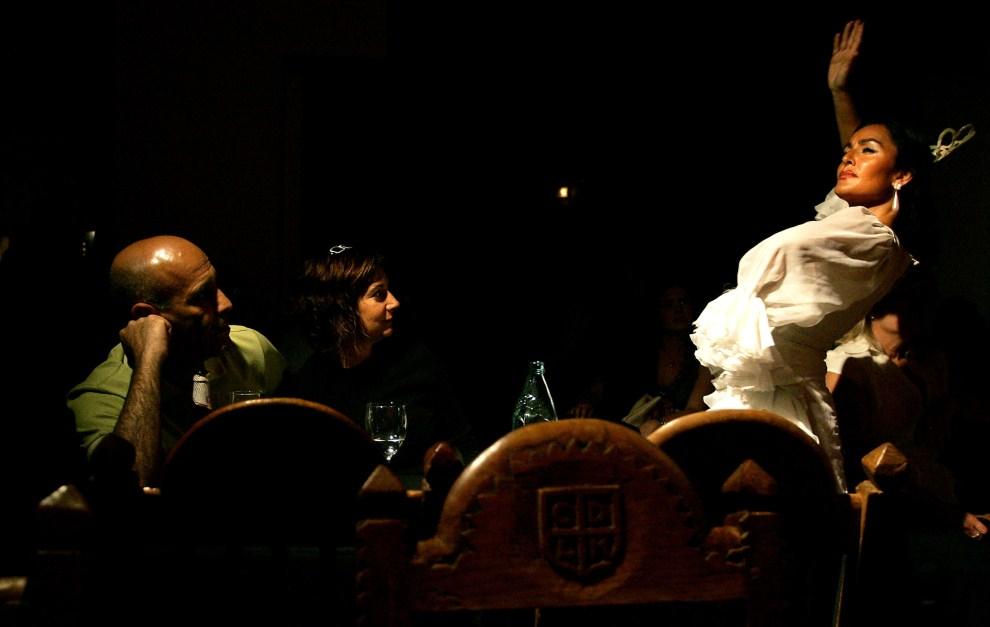 "2. HISZPANIA, Madryt, 27 maja 2006: Występ tancerki w barze ""el Corral de la Moreria"". AFP PHOTO / Bru GARCIA"