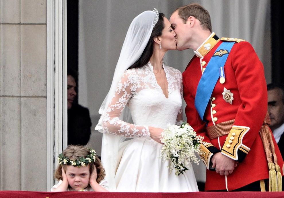 2. WIELKA BRYTANIA, Londyn, 29 kwietnia 2011: Pocałunek Księcia Williama i księżnej Katarzyny na balkonie Pałacu Buckingham. AFP PHOTO / LEON NEAL