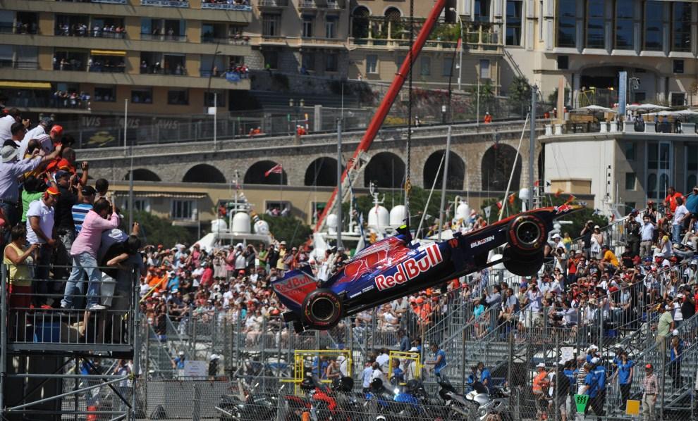 2. MONAKO, 29 maja 2011: Bolid zespołu ScuderiaToro Rosso opuszczany na tor. AFP PHOTO / DIMITAR DILKOFF
