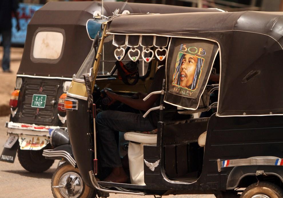 "2. SUDAN, Chartum, 15 kwietnia 2010: Taksówka  miejska (""tuk-tuk"") w centrum Chartumu. AFP PHOTO/PATRICK BAZ"