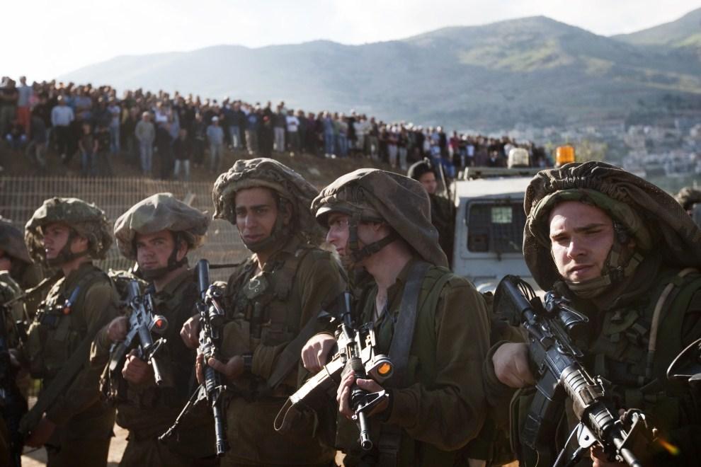 2. IZRAEL, Madżdal Szams, 15 maja 2011: Izraelscy żołnierze rozstawieni wzdłuż płotu granicznego. AFP PHOTO/ MENAHEM KAHANA