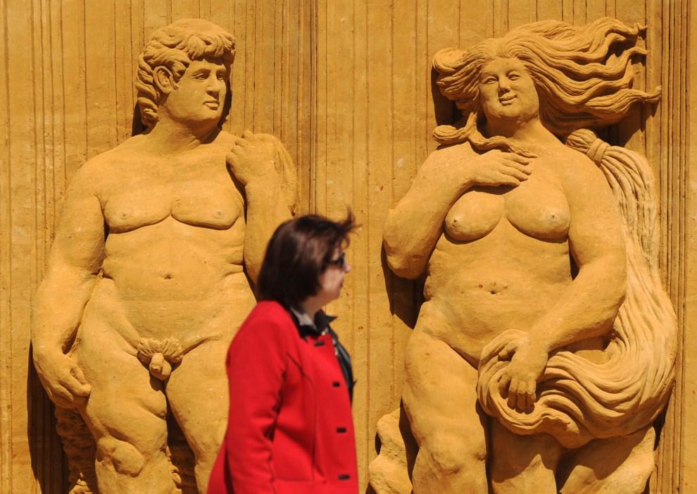 2. ROSJA, Moskwa, 12 maja 2011: Turystka mija eksponaty wystawy poświeconej rzeźbom piaskowym w zespole muzealno-architektonicznym  Kołomienskoje. AFP PHOTO / NATALIA   KOLESNIKOVA