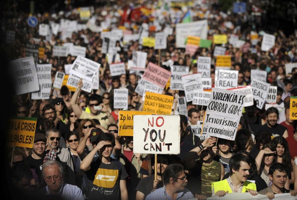 2. HISZPANIA, Madryt, 15 maja 2011: Protestujący z hasłami piętnującymi słabą kondycję ekonomiczną kraju. AFP PHOTO / PEDRO ARMESTRE