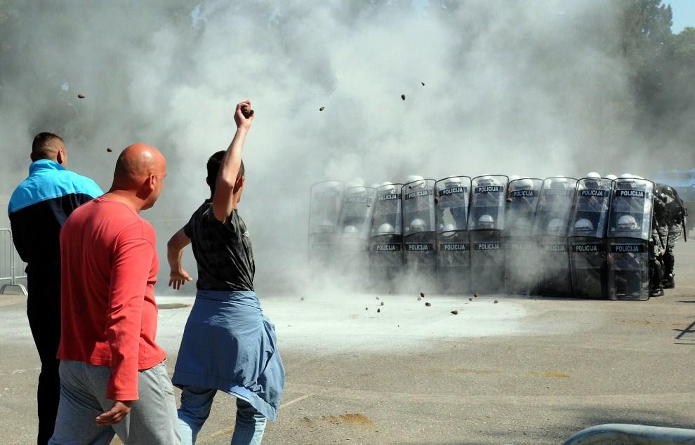 2. CZARNOGÓRA, Podgorica, 19 maja 2011: Ćwiczenia policji w tłumieniu zamieszek w mieście. AFP PHOTO / SAVO PRELEVIC