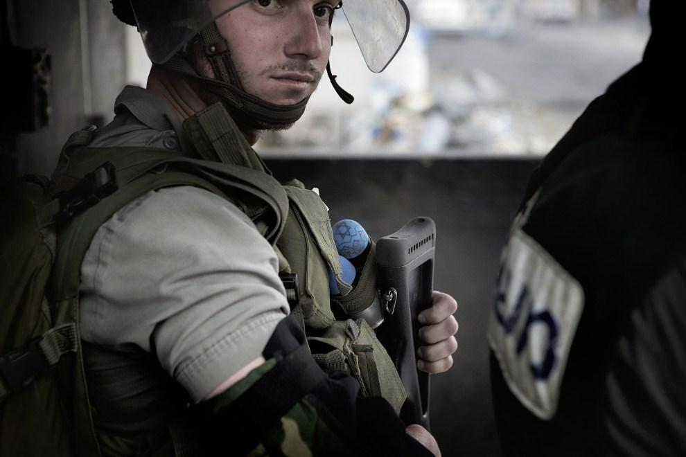 30. IZRAEL, Jerozolima, 15 maja 2011: Izraelski policjant trzymający broń i pociski z wymalowaną Gwiazdą Dawida. AFP PHOTO / MARCO LONGARI