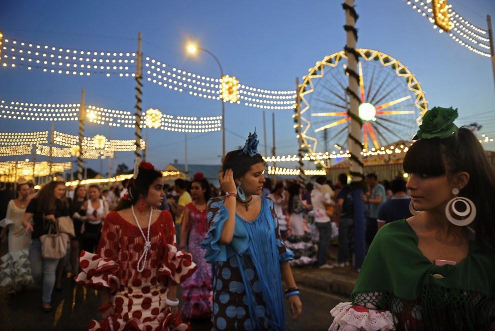 """30. HISZPANIA, Sewilla, 3 maja 2011: Kobiety w tradycyjnych strojach bawiące się na """"Feria de abril de Sevilla"""". AFP PHOTO / CRISTINA QUICLER"""
