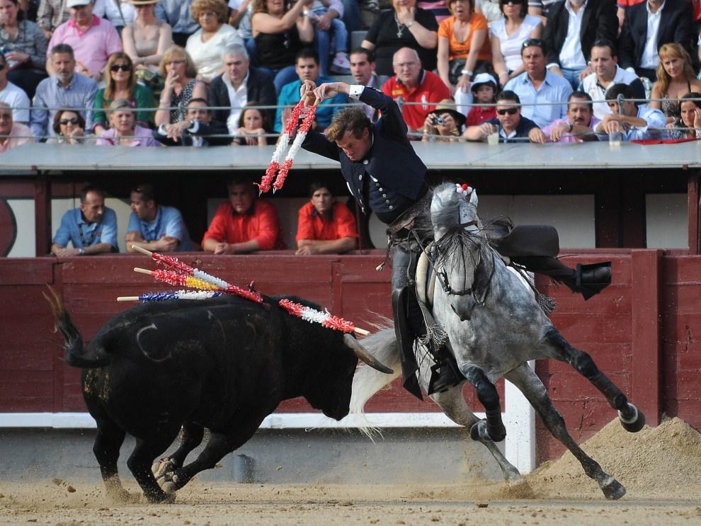 31. HISZPANIA, Barcelona, 21 maja 2011: Fermin Bohorquez podczas walki z bykiem na arenie Las Ventas. AFP PHOTO / ALBERTO SIMON