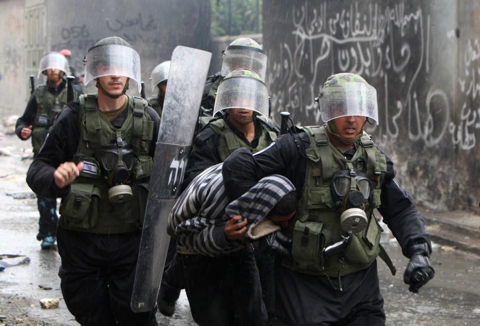 31. IZRAEL, Jerozolima, 15 maja 2011: Palestyńczyk zatrzymany podczas zamieszek. AFP PHOTO /AHMAD GHARABLI