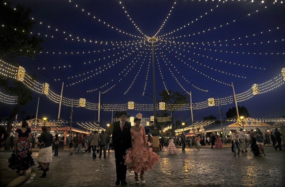 "31. HISZPANIA, Sewilla, 3 maja 2011: Para w strojach andaluzyjskich podczas ""Feria de abril de Sevilla"". AFP PHOTO / CRISTINA QUICLER"