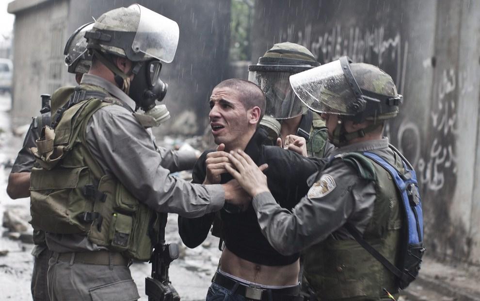 32. IZRAEL, Szuafat, 15 maja 2011: Izraelscy policjanci aresztują Palestyńczyka uczestniczącego w zamieszkach. EPA/OLIVER WEIKEN/ PAP/EPA.