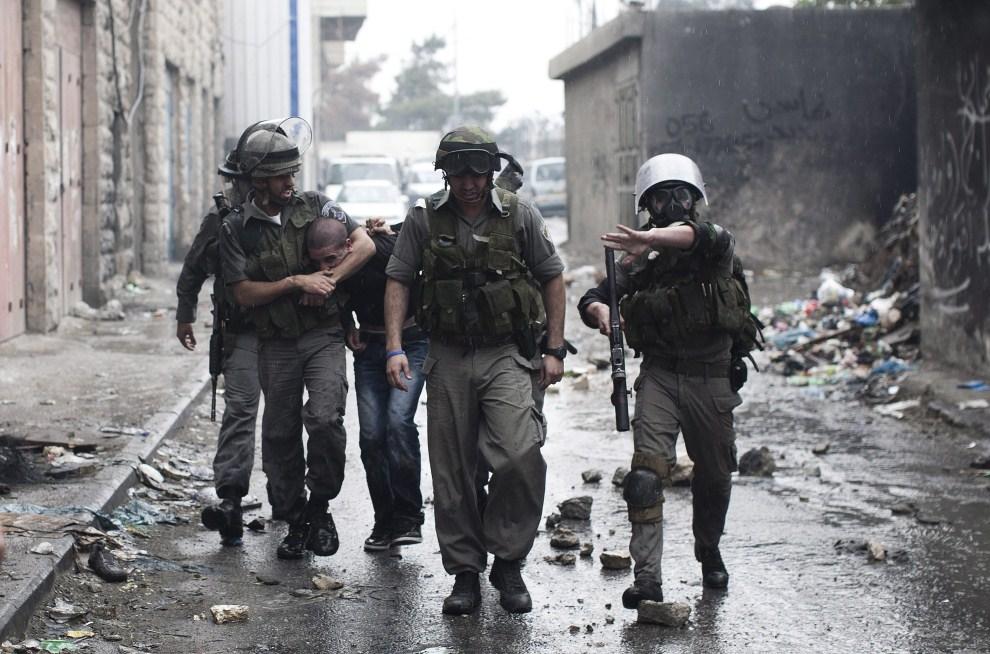 33. IZRAEL, Szuafat, 15 maja 2011: Izraelscy policjanci prowadzą aresztowanego Palestyńczyka. EPA/OLIVER WEIKEN/PAP/EPA.