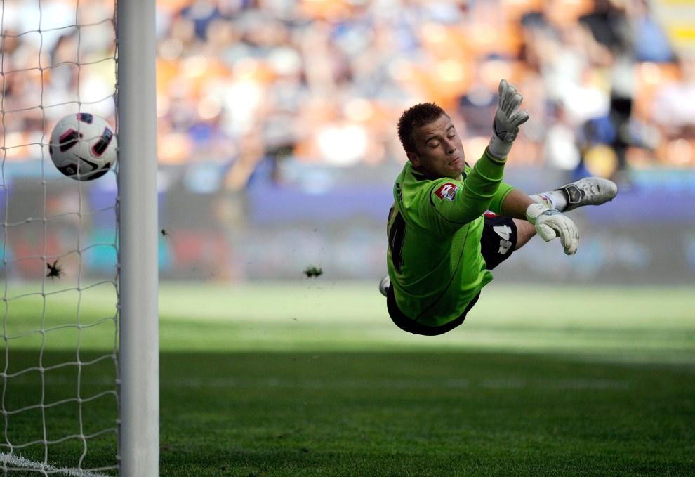 34.  WŁOCHY, Mediolan, 8 maja 2011: Artur Boruc – bramkarz ACF Fiorentina – puszcza bramkę w meczu z Interem Mediolan. AFP PHOTO / OLIVIER MORIN