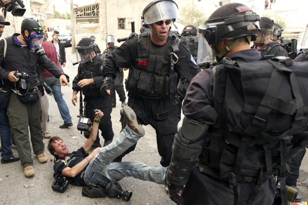 35. IZRAEL, Jerozolima, 13 maja 2011: Izraelscy policjanci przepychają się z reporterami. AFP PHOTO/JACK GUEZ