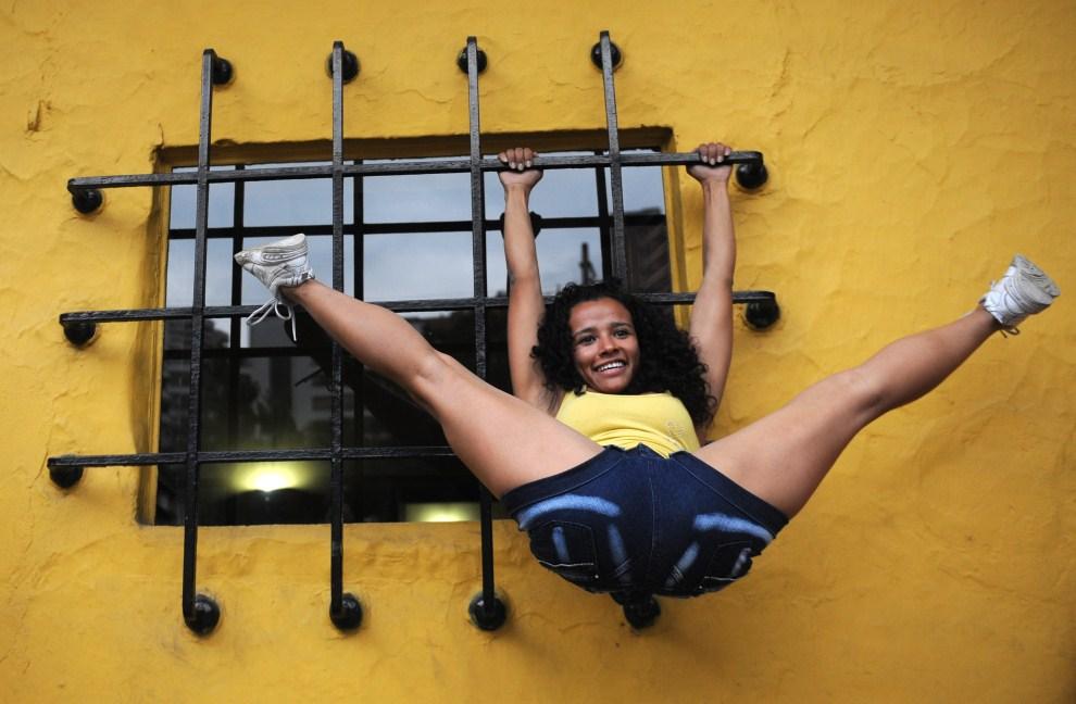 36. KOLUMBIA, Medellín, 21 maja 2011: Tancerka pokazuje swoje umiejętności podczas występu na ulicy. AFP PHOTO/Raul ARBOLEDA.