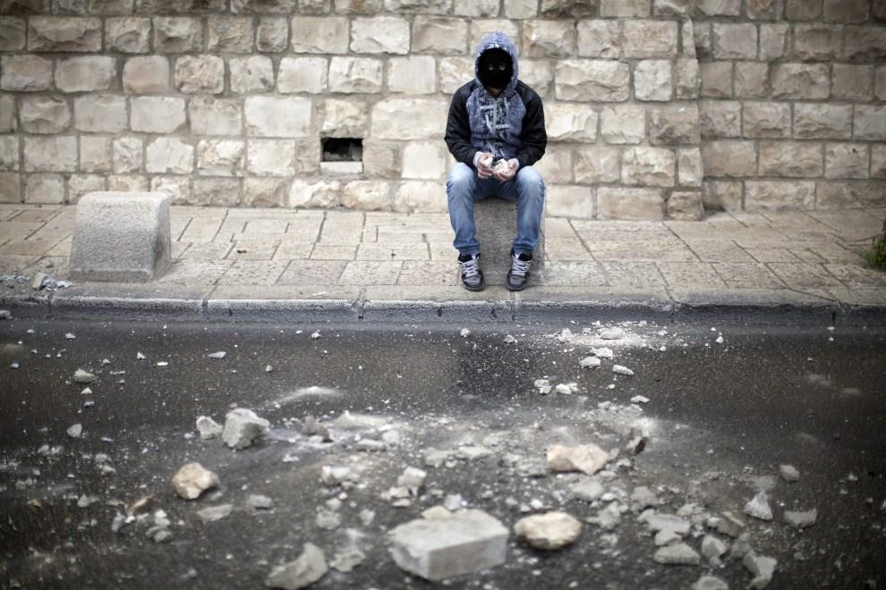 39. IZRAEL, Jerozolima, 14 maja 2011: Zamaskowany Palestyńczyk, uzbrojony w kamienie, na prowizorycznej barykadzie. EPA/OLIVER WEIKEN/PAP/EPA.