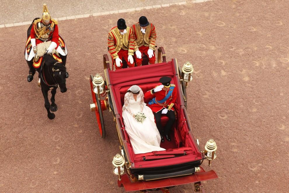 3. WIELKA BRYTANIA, Londyn, 29 kwietnia 2011: Książę William z żoną wjeżdżają na dziedziniec Pałacu Buckingham. AFP PHOTO / WPA POOL /OLI SCARFF