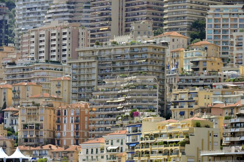 3. MONAKO, 29 maja 2011: Widok na apartamentowce w Monte Carlo. AFP PHOTO / BORIS HORVAT
