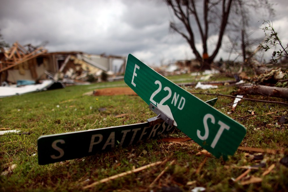 3. USA, Joplin, 25 maja 2011: Zerwany przez tornado znak z nazwami ulic. Mario Tama/Getty Images/AFP