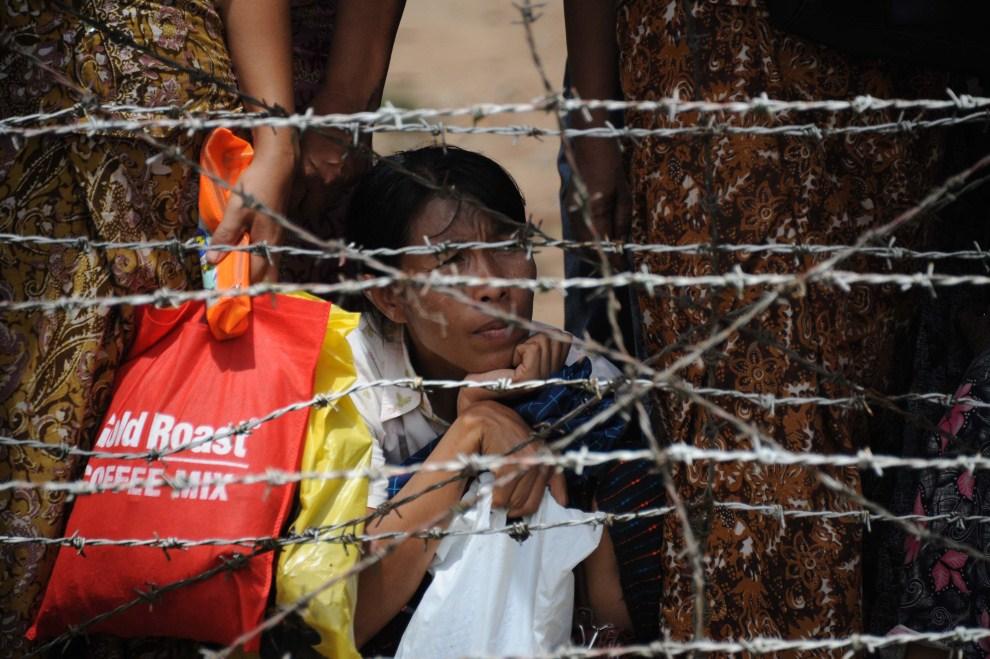 3. BIRMA, Rangun, 17 maja 2011: Członkowie rodzin czekają przed więzieniem na zwalnianych więźniów. AFP PHOTO / SOE THAN WIN