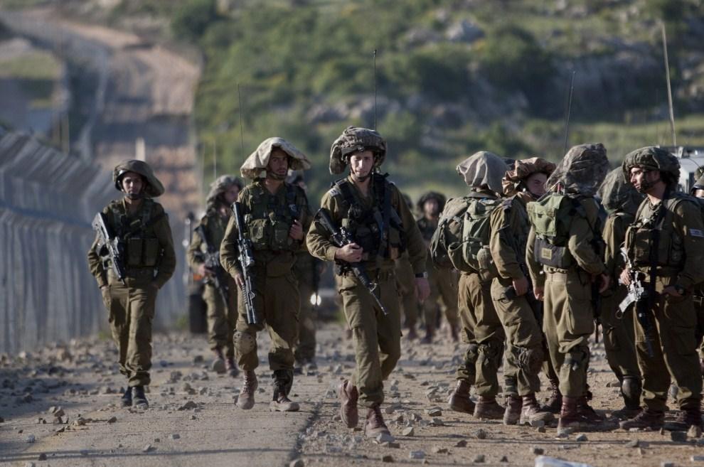 3. IZRAEL, Madżdal Szams, 15 maja 2011: Izraelscy żołnierze zebrani w pobliżu płotu granicznego. AFP PHOTO/ MENAHEM KAHANA
